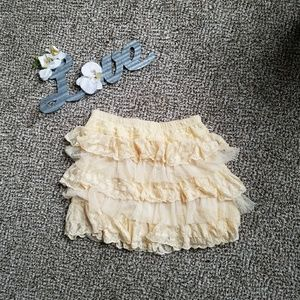 🛍4/15$$ Super Cute Frilly Creme Skirt